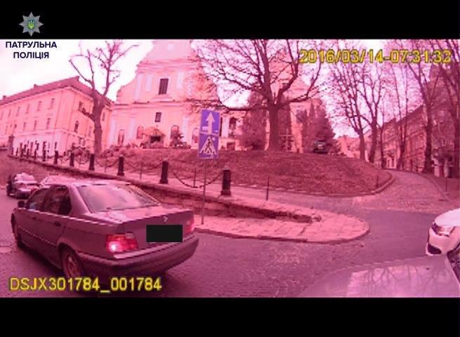 Нетверезий екс-правоохоронець покинув свою автівку посеред дороги та влаштував сканал із патрульними (ФОТО), фото-2