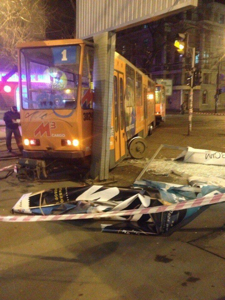 Трамвай № 1 сошел с рельсов и снес рекламный билборд (ФОТО) (фото) - фото 4