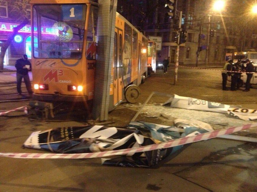 Трамвай № 1 сошел с рельсов и снес рекламный билборд (ФОТО) (фото) - фото 1
