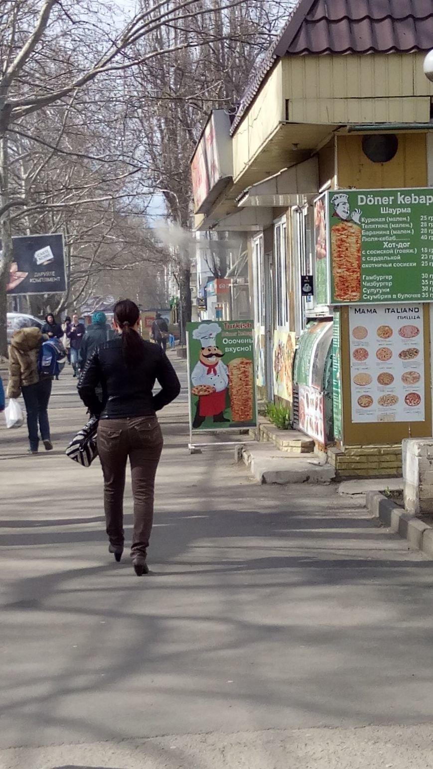 bcf6ce776b1a258a41ab2b088ce505d9 Одесское кафе пускает струю дыма в прохожих