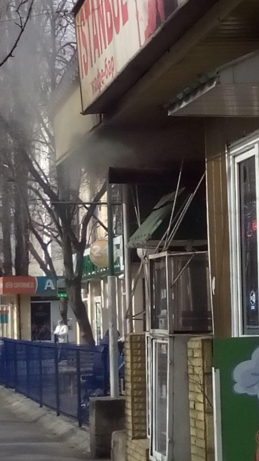 f70f639770d55de0a8f9012547a0bd1e Одесское кафе пускает струю дыма в прохожих