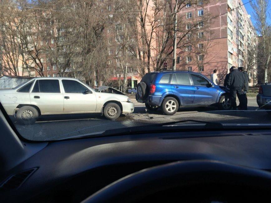 День ДТП: фура застряла под мостом и пробка на Космической (фото) - фото 1