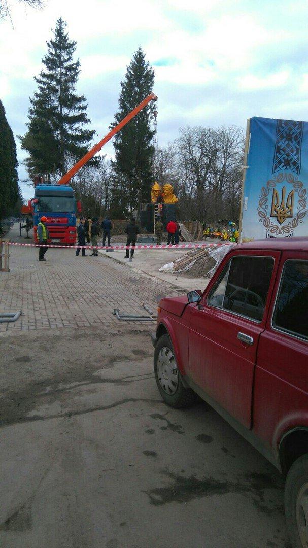 В Сумах демонтировали памятник борцам за советскую власть (ФОТО) (фото) - фото 1