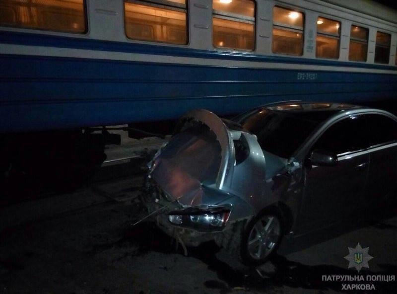 В Харькове иномарка врезалась в движущийся поезд (ФОТО) (фото) - фото 1