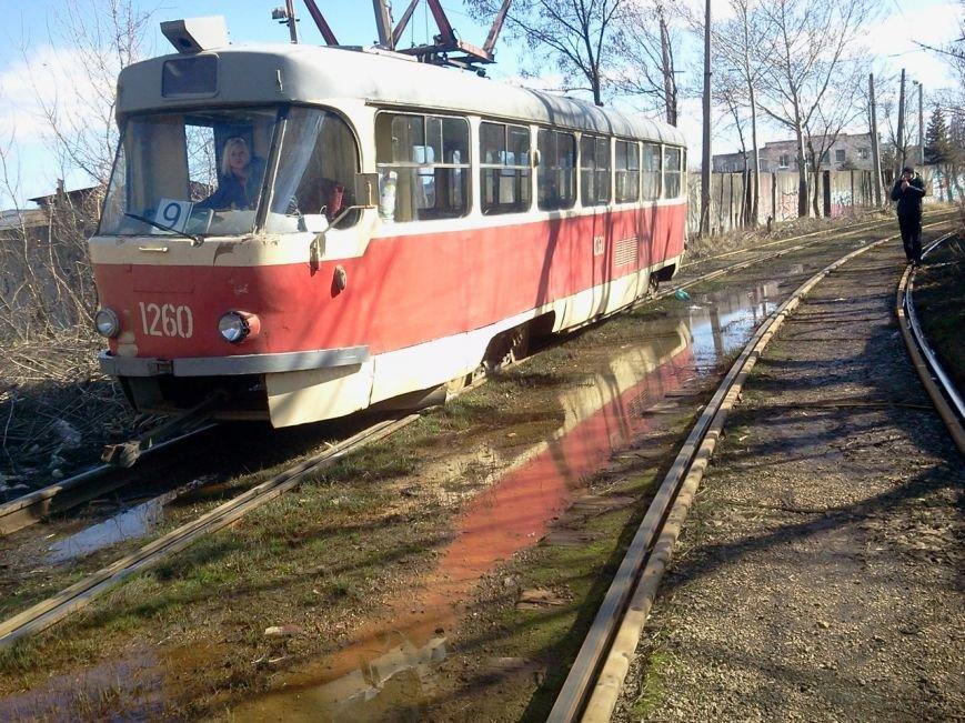«Флешмоб» продолжается: еще один трамвай сошел с рельсов (ФОТО) (фото) - фото 3