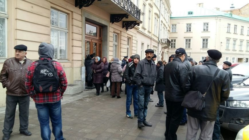 У Львові тривають стихійні мітинги поблизу будівлі обласної ради (ФОТО) (фото) - фото 1