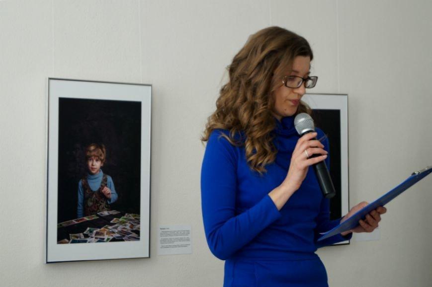В Белгороде открылась посвящённая детям с аутизмом фотовыставка «Иллюминатор» (фото) - фото 1