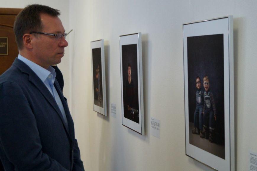 В Белгороде открылась посвящённая детям с аутизмом фотовыставка «Иллюминатор» (фото) - фото 3