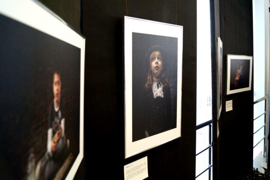 В Белгороде открылась посвящённая детям с аутизмом фотовыставка «Иллюминатор» (фото) - фото 2