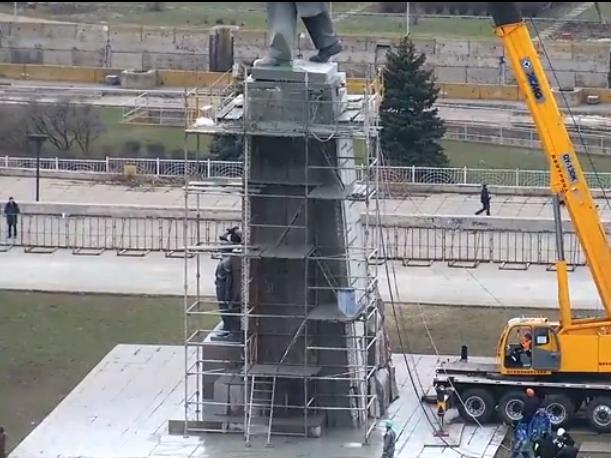 В Запорожье демонтируют самого большого Ленина в Украине: онлайн-трансляция (обновляется), фото-29