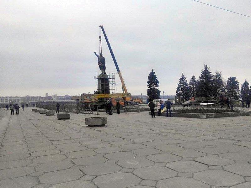 В Запорожье демонтируют самого большого Ленина в Украине: онлайн-трансляция (обновляется), фото-67