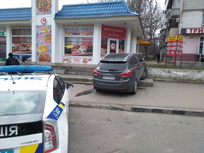 1322e8d27ad354fd1009c628ce3f74f6 В Одессе внедорожник чуть не протаранил магазин, взлетев на лестницу