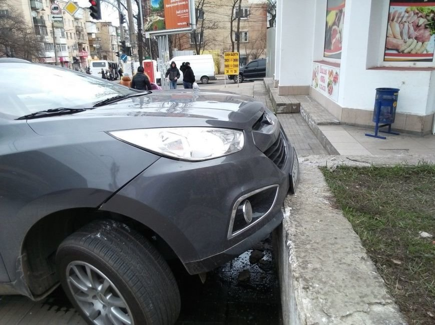 612ffedfd27748fe1b68605af0c942f2 В Одессе внедорожник чуть не протаранил магазин, взлетев на лестницу