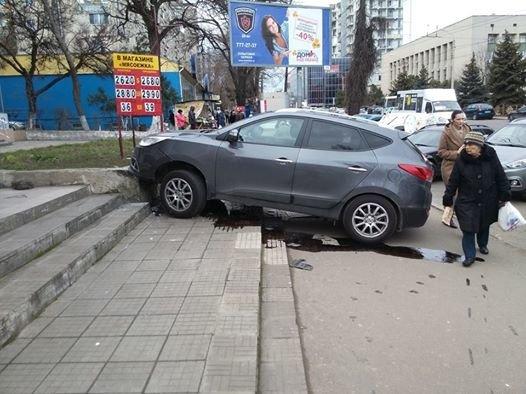 cda86fd5a78973193aec35fb3020c4bf В Одессе внедорожник чуть не протаранил магазин, взлетев на лестницу