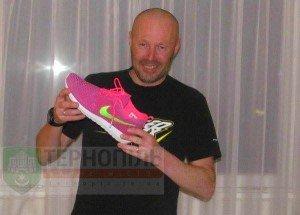 Після жартів з тернополянкою Оленою Підгрушною у її наставника з'явилось рожеве взуття (фото) (фото) - фото 1