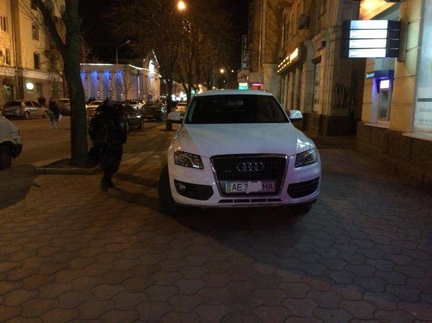 """""""Стоп хам"""": В Кривом Роге владелец """"Audi""""  поставил машину на тротуаре проспекта Карла Маркса и ушел (ФОТО), фото-1"""