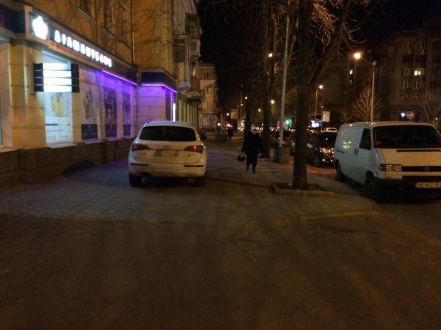 """""""Стоп хам"""": В Кривом Роге владелец """"Audi""""  поставил машину на тротуаре проспекта Карла Маркса и ушел (ФОТО), фото-3"""