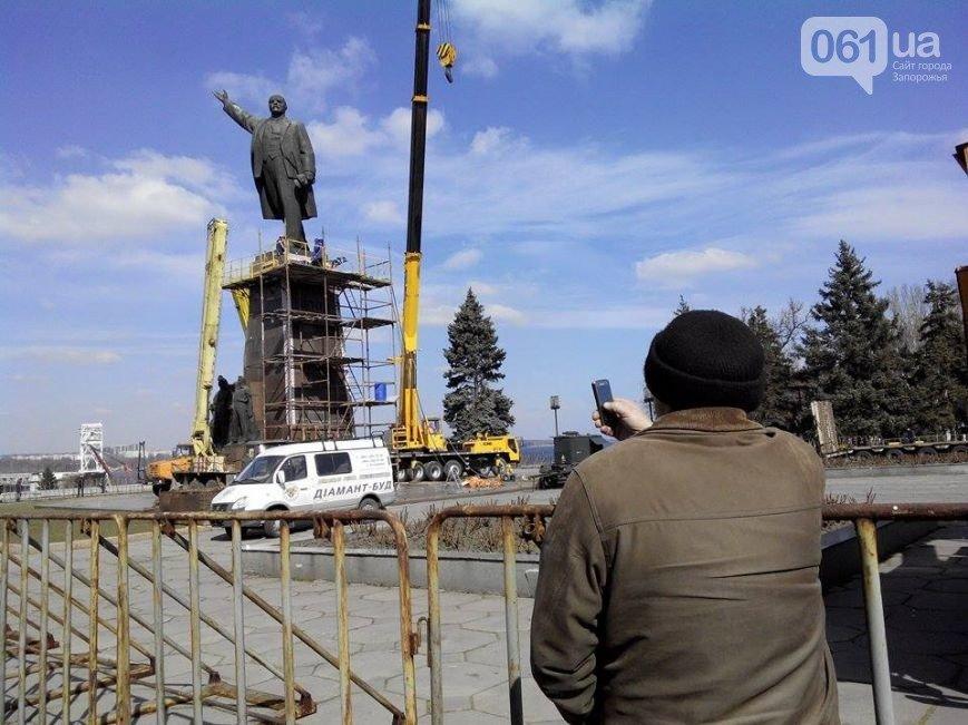 В Запорожье продолжается снос памятника Ленину (фото) - фото 10