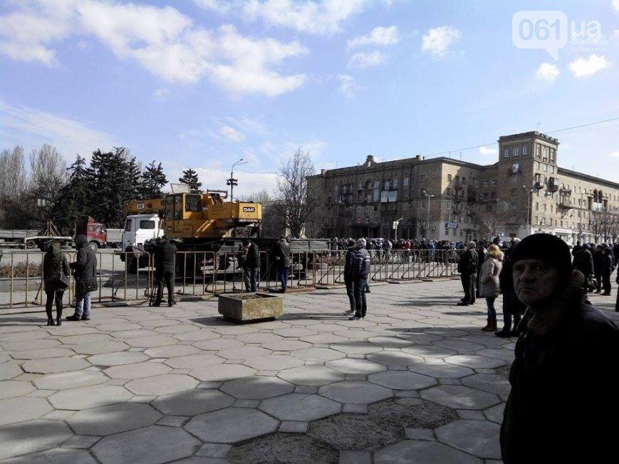 В Запорожье продолжается снос памятника Ленину (фото) - фото 11