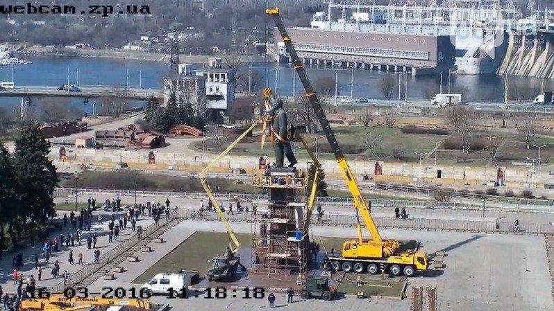 В Запорожье продолжается снос памятника Ленину (фото) - фото 12