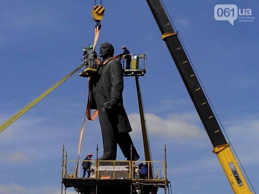 В Запорожье продолжается снос памятника Ленину (фото) - фото 13