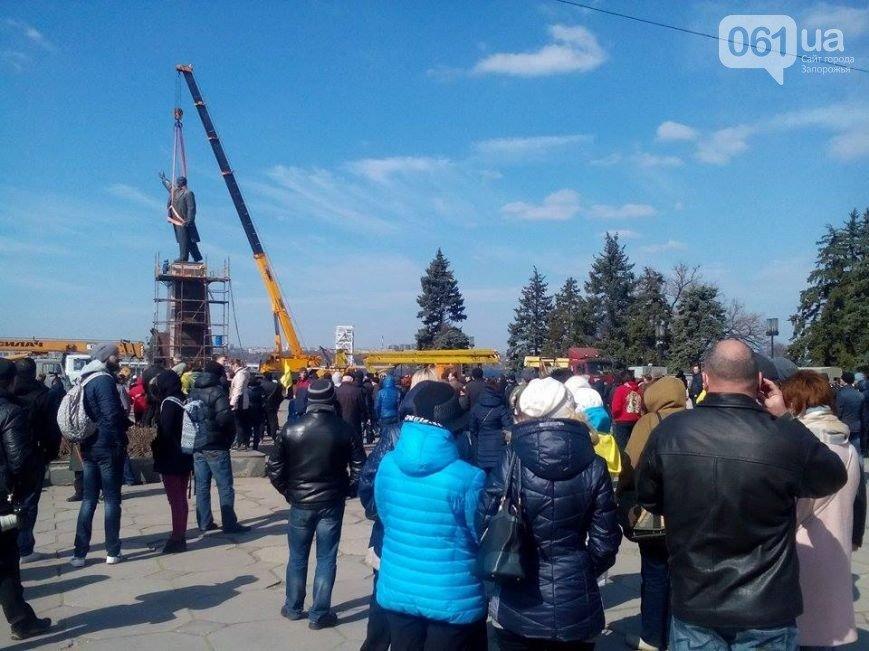 В Запорожье продолжается снос памятника Ленину (фото) - фото 16