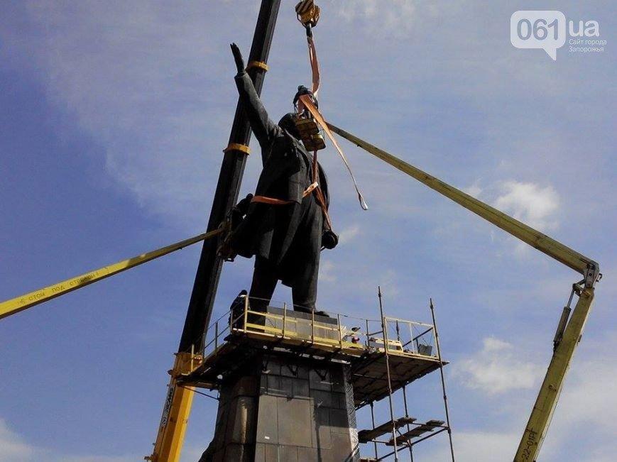 В Запорожье продолжается снос памятника Ленину (фото) - фото 14