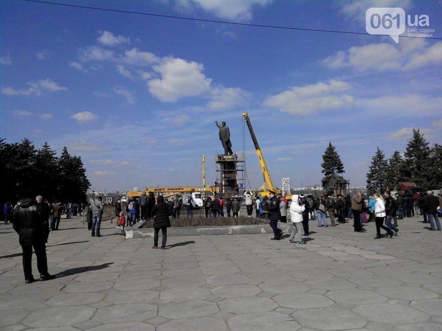 В Запорожье продолжается снос памятника Ленину (фото) - фото 9