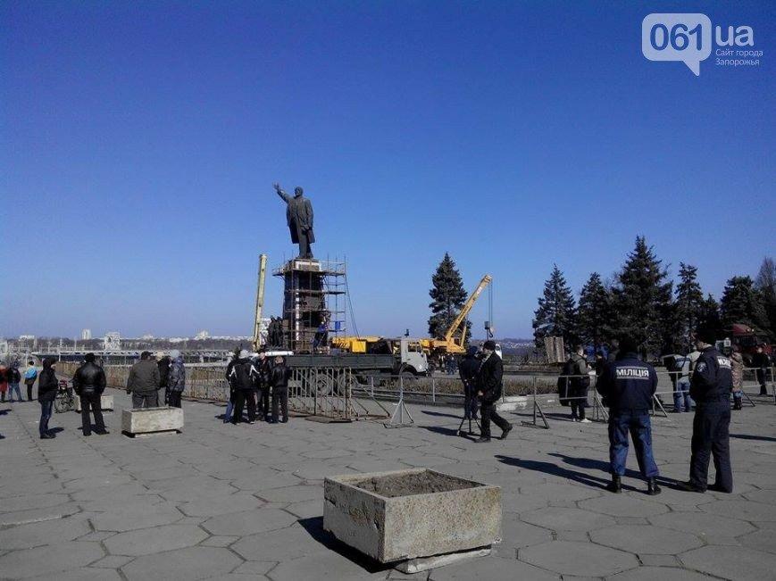 В Запорожье продолжается снос памятника Ленину (фото) - фото 6