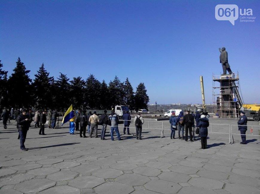 В Запорожье продолжается снос памятника Ленину (фото) - фото 3