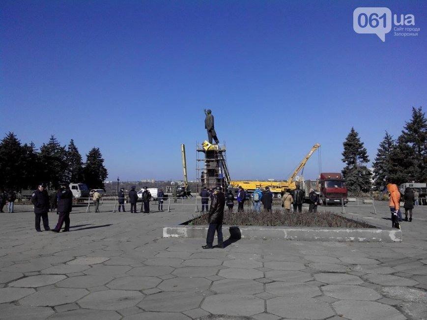 В Запорожье продолжается снос памятника Ленину (фото) - фото 5