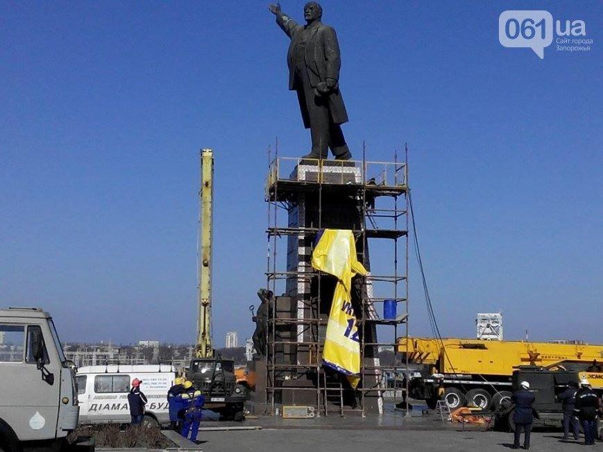 В Запорожье продолжается снос памятника Ленину (фото) - фото 2