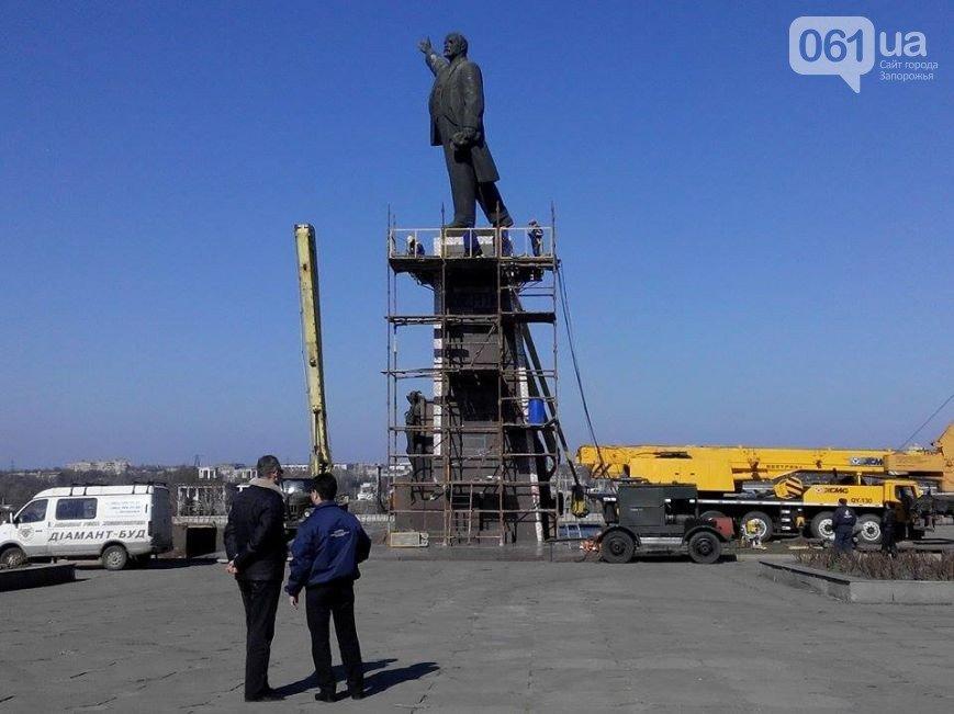 В Запорожье продолжается снос памятника Ленину (фото) - фото 1