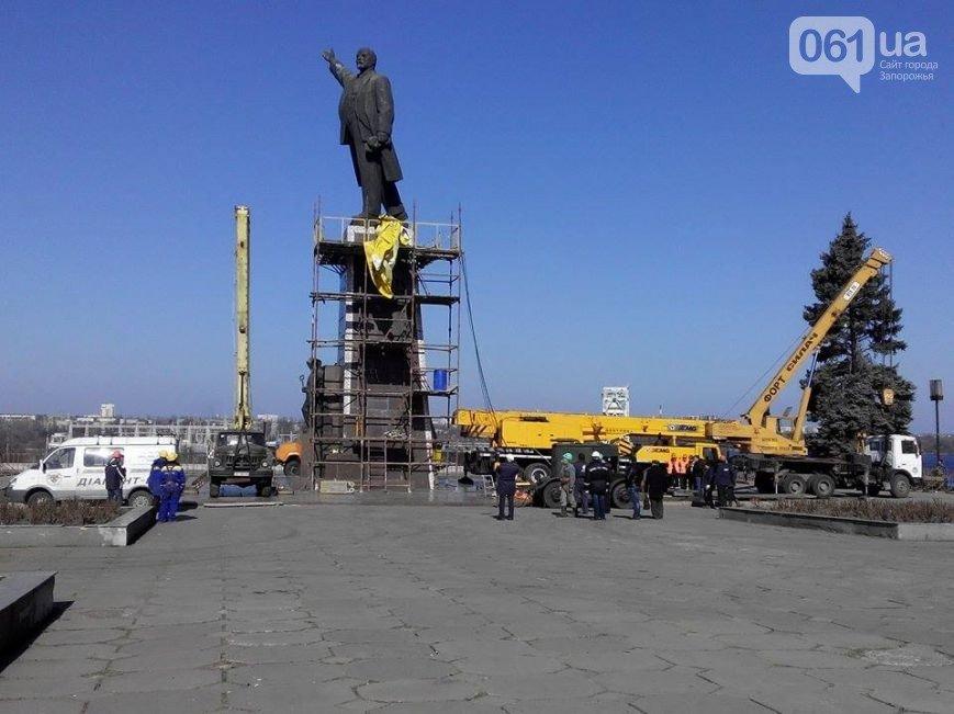 В Запорожье продолжается снос памятника Ленину (фото) - фото 8