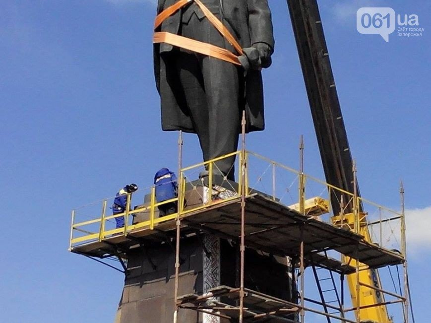 В Запорожье продолжается снос памятника Ленину (фото) - фото 15