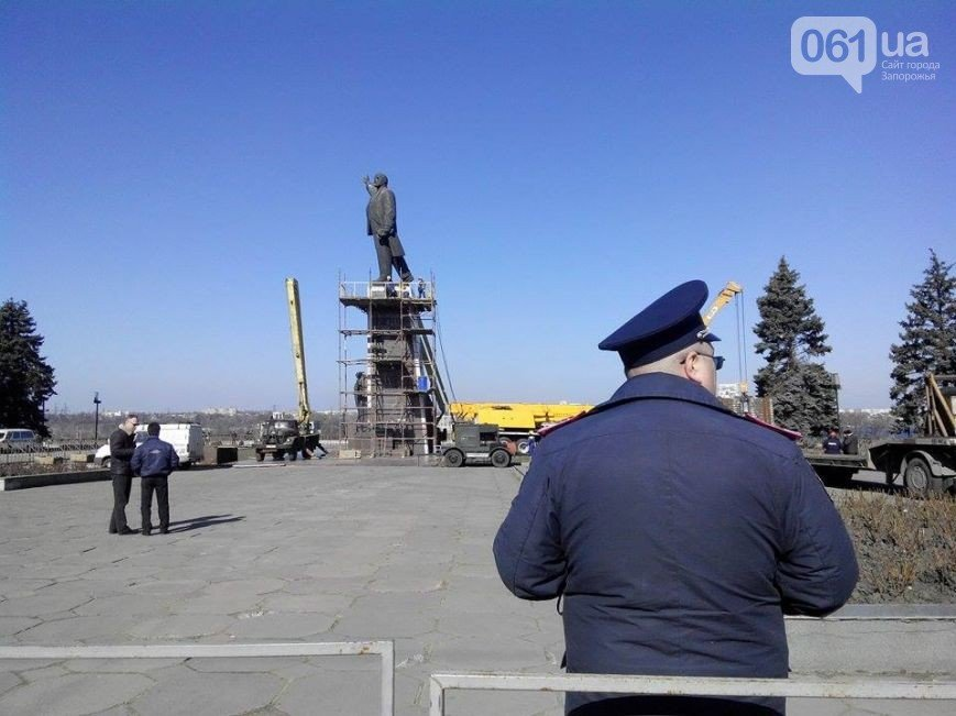 В Запорожье продолжается снос памятника Ленину (фото) - фото 4