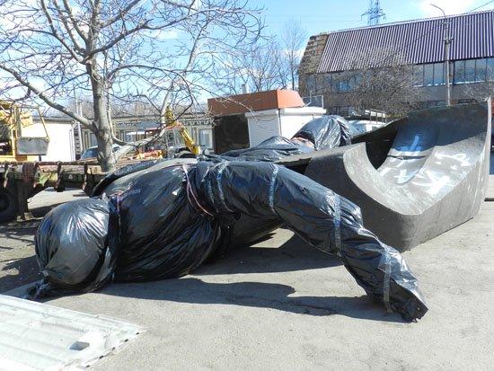 Днепропетровские журналисты проверили, цел ли свергнутый памятник Петровскому (ФОТО) (фото) - фото 2