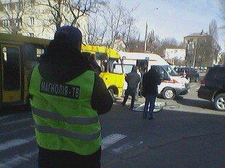 В Киеве на перекрестке столкнулись маршрутка и внедорожник, есть пострадавшие (ФОТО) (фото) - фото 1