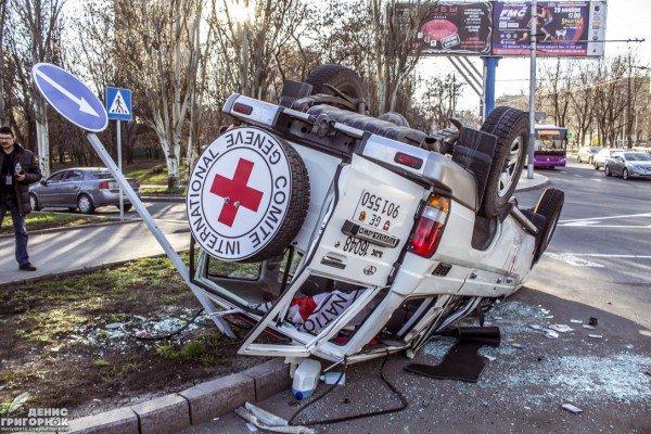 В центре Донецка после столкновения перевернулся джип Красного Креста (ФОТО) (фото) - фото 3