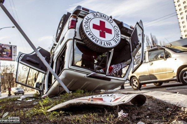 В центре Донецка после столкновения перевернулся джип Красного Креста (ФОТО) (фото) - фото 2