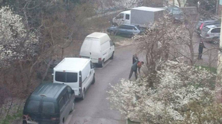В одном из дворов Ялты жители установили незаконный шлагбаум, фото-1