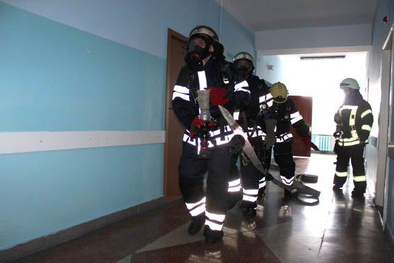 Черкаські рятувальники «гасили» пожежу у Третій міській лікарні (фото) - фото 1