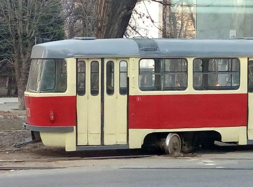 «Флешмоб набирает обороты»: в центре Днепропетровска еще один трамвай сошел с рельсов (ФОТО) (фото) - фото 1