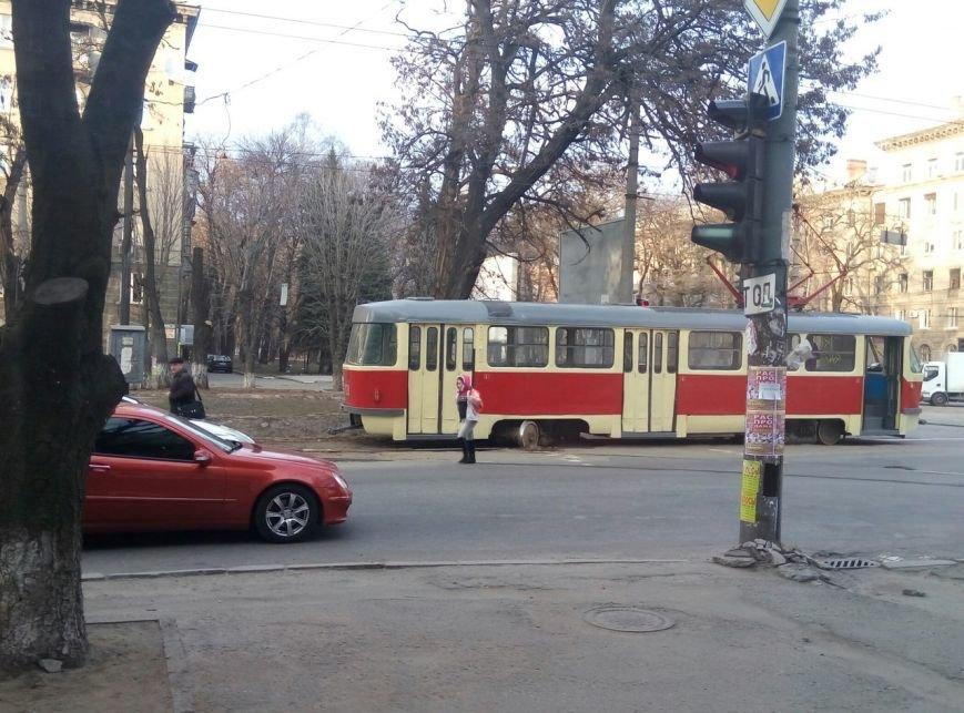 «Флешмоб набирает обороты»: в центре Днепропетровска еще один трамвай сошел с рельсов (ФОТО) (фото) - фото 3