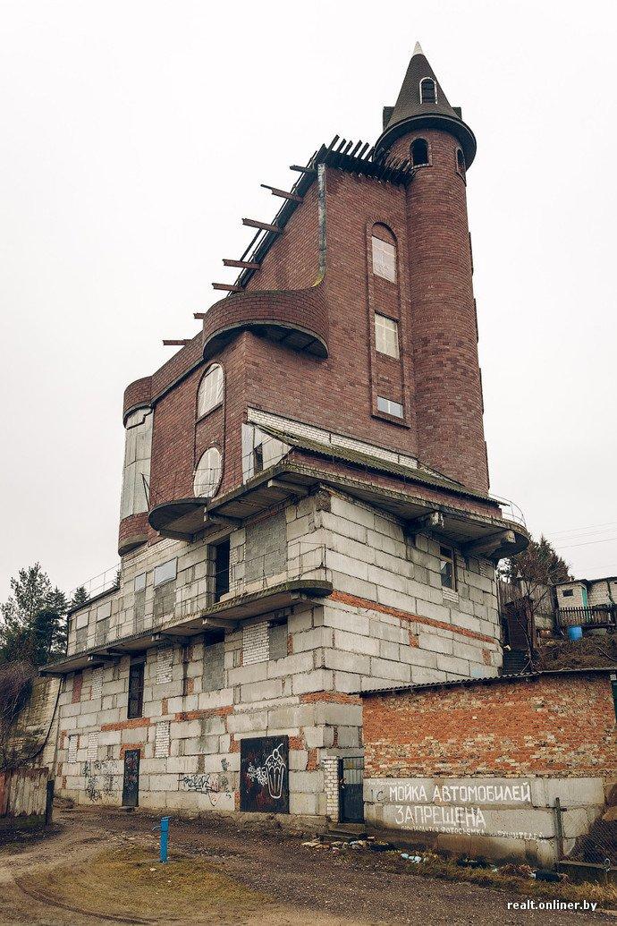 Фоторепортаж из гродненского «Замка Дракулы» - одного из самых высоких и необычных коттеджей в Беларуси (фото) - фото 2