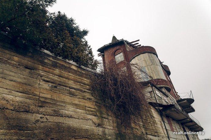 Фоторепортаж из гродненского «Замка Дракулы» - одного из самых высоких и необычных коттеджей в Беларуси (фото) - фото 3