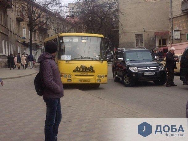 Через ДТП в центрі Тернополя маршрутки їдуть тротуаром (Фото) (фото) - фото 1
