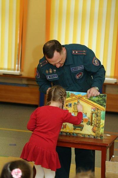 Новополоцкие спасатели сыграли с детьми в «Опасно» - «Безопасно», фото-5