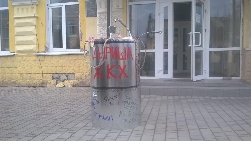 Cумчане установили «скульптуру» ко дню работников ЖКХ (ФОТО) (фото) - фото 1