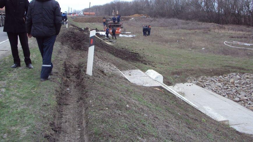В 500 метрах от Новошахтинском перевернулся нефтевоз, трагедии удалось избежать (фото) - фото 1
